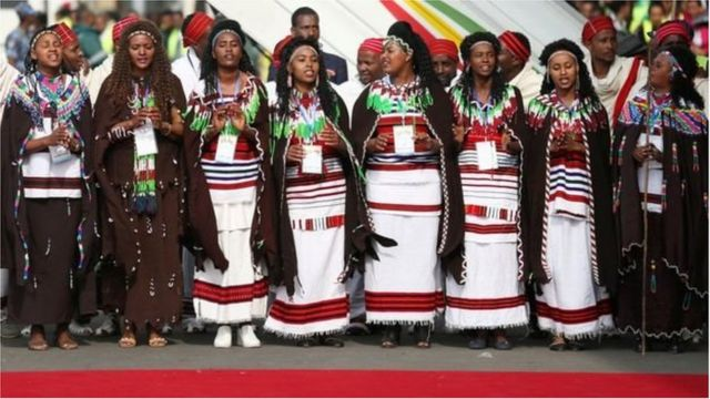 Des danseuses éthiopiennes prennent part à l'accueil du président érythréen à Addis Abeba.
