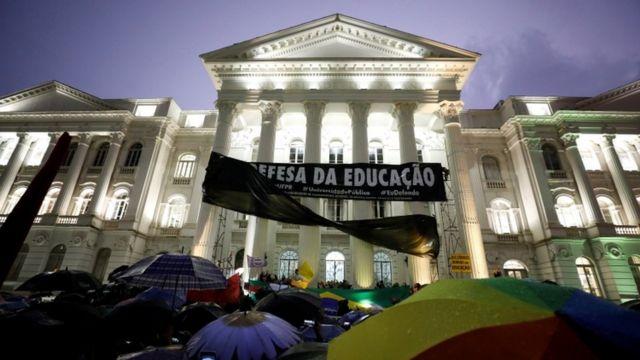 Protesto diante da UFPR, em Curitiba