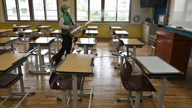 စာသင်ခန်းတွေမှာ ထိုင်ခုံတွေကို ခပ်ခွာခွာအနေအထားပြင်ဆင်ထားပါတယ်။