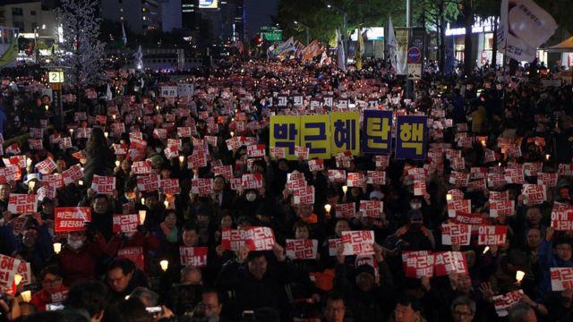 朴大統領への抗議デモが首都ソウルで繰り返し開かれている(先月29日)