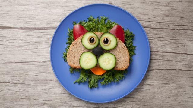 Sánduich con ojos y orejas de verdura