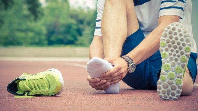 Una persona se queja de una lesión