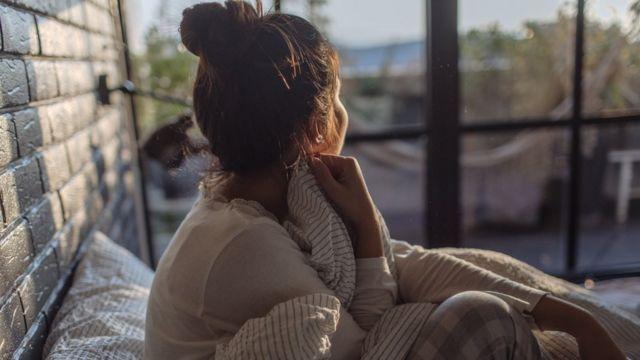 女子望著窗外