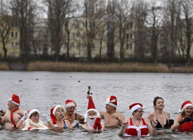 Di Berlin, klub renang kota itu ikut dalam tradisi mandi bersama di danau Orankesee.