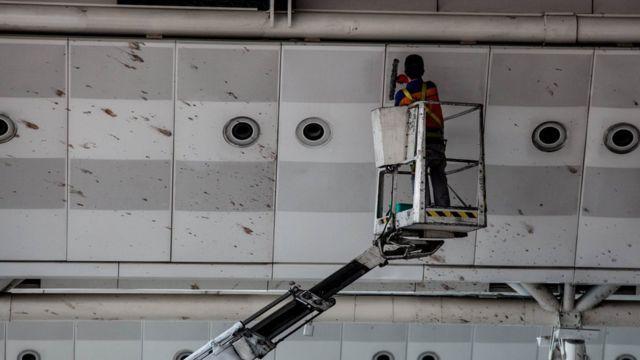 国際線ターミナルで飛び散った血を清掃する作業員