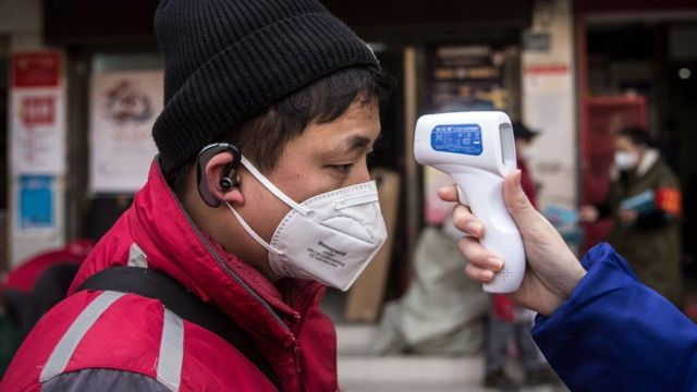 Medición de la temperatura a un ciudadano.