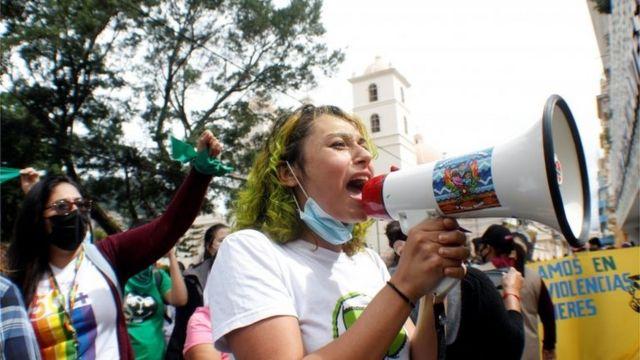 Una mujer habla a través de un megáfono durante una protesta a favor de la legalización del aborto, luego de que parlamentarios aprobaran una reforma constitucional que fortalecería la prohibición, cerca del Congreso en Tegucigalpa, Honduras, el 25 de enero de 2021.
