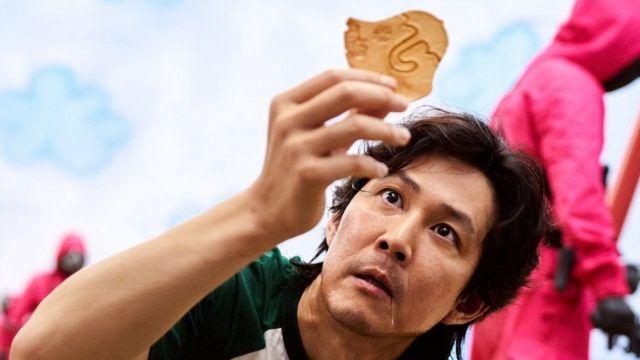 رجل يرفع قطعة من الحلوى
