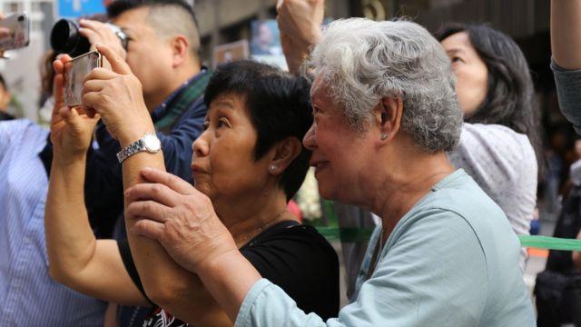 據同行者說,這位年逾八十的婆婆每年四月一日都會到場悼念張國榮
