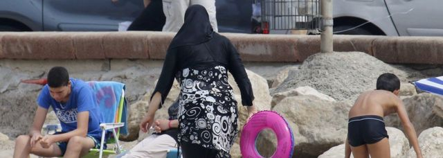 Женщина на пляже в Марселе