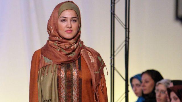 صورة عارضة أزياء بالزي الإسلامي