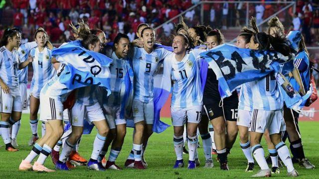 La jugadoras argentinas celebran su clasificación al mundial de Francia 2019.
