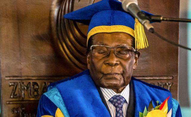 Robert Mugabe katika sherehe za mahafali ya chuo kikuu - Novemba 2017