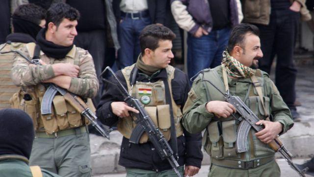 Süleymani'de güvenlik güçleri ellerinde silahlarıyla sıralanmış halde.