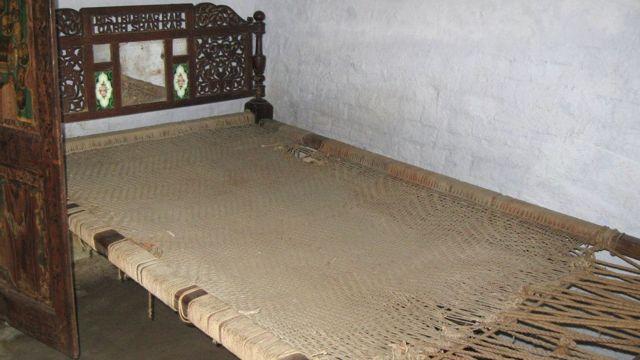 నగిషీలు చెక్కిన నవ్వారు మంచం