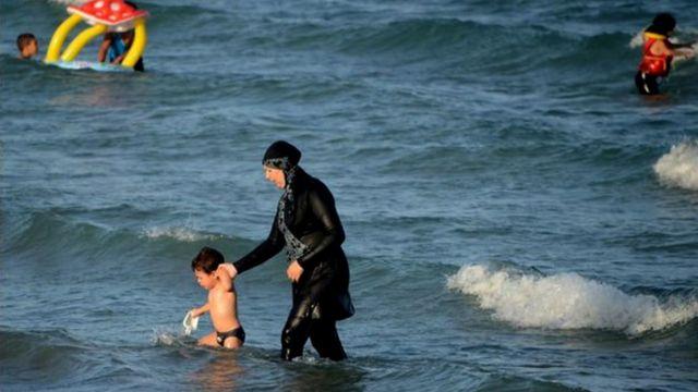 Mulher usa burquini em praia na França