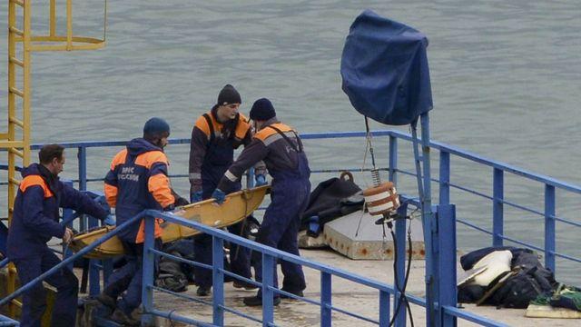 عمال انقاذ روس ينتشلون جثث بعض الضحايا من البحر الأسود