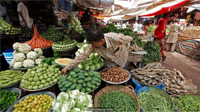 Mercado de rua no Paquistão