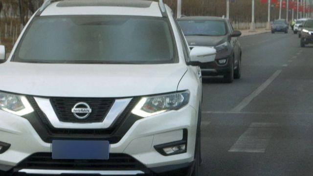 Carros seguem jornalistas da BBC em Xinjiang