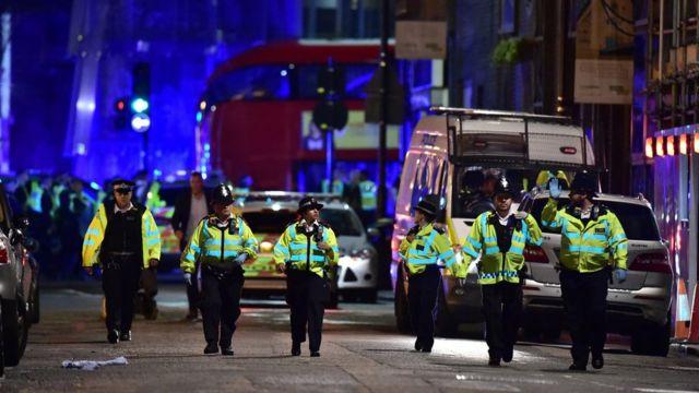 Policía en el Puente de Londres.