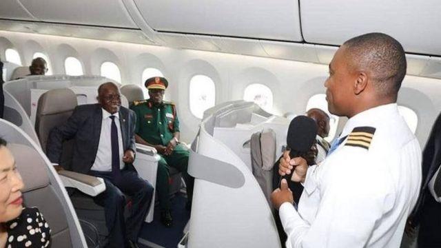 Rais Magufuli akiwa ndani ya ndege hiyo yenye uwezo wa kubeba abiria 262