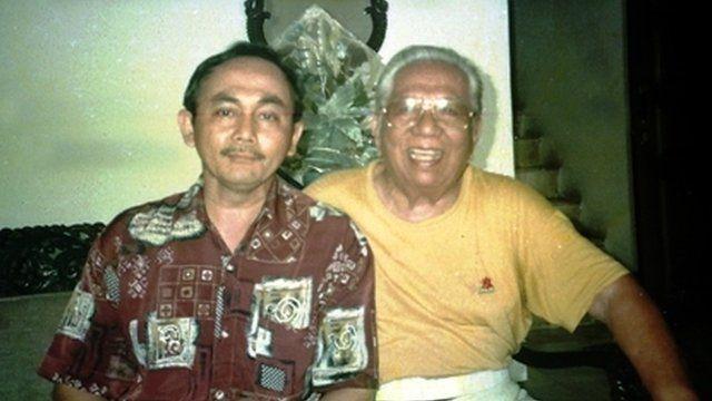 Sardjono Danarbi (kiri) menggali cerita tentang almarhum ayahnya dari bekas kolega-kolega sang ayah.