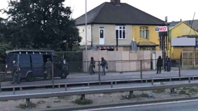 Londra polisinin Pazartesi sabahı Dagenham'da arama yaptığı ev