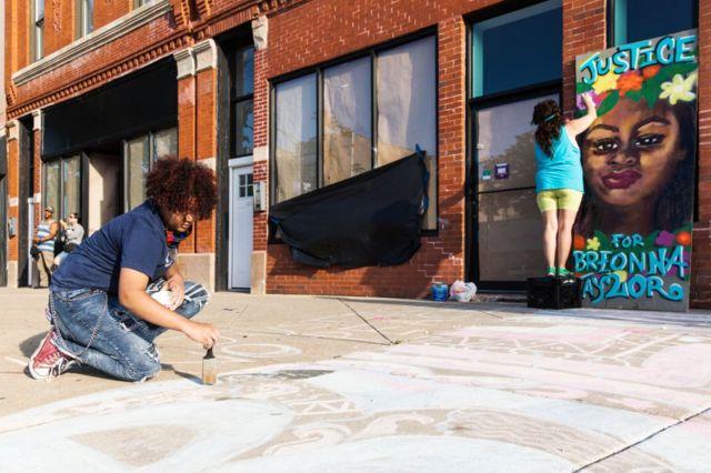Artistas callejeros crean obras en memoria de Breonna Taylor el 6 de junio en Chicago, Illinois