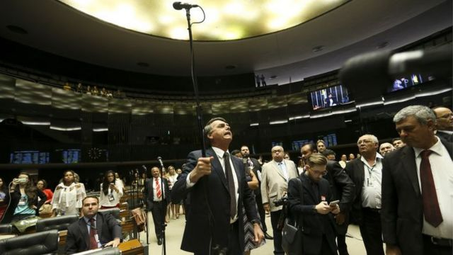 Jair Bolsonaro discute no plenário da Câmara