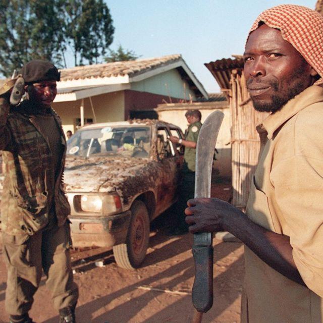 Henshi aho iyi foto iri yanditseho ko uyiriho iburyo ari umwe mu ntarahamwe zakoraga jenoside mu Rwanda mu 1994
