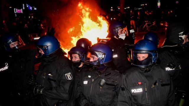 در برلین آلمان هم پلیس تجمعی که در نقض مقررات همه گیری برگزار شده بود را متفرق کرد