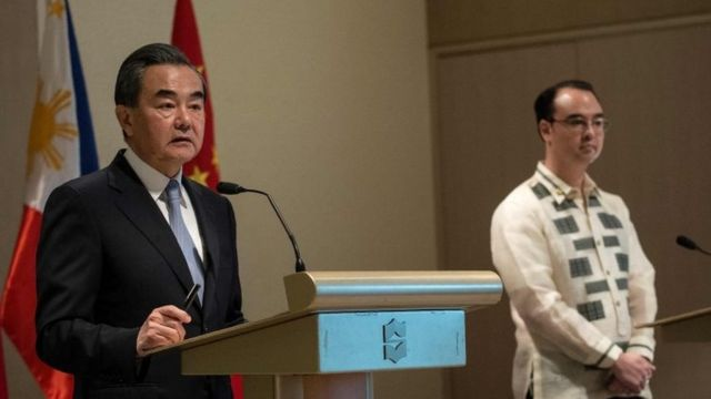 """China""""s Foreign Minister Wang Yi (L) and Philippine Foreign Affairs secretary Alan Peter Cayetano (R) attend a joint press conference in Manila on July 25, 2017."""
