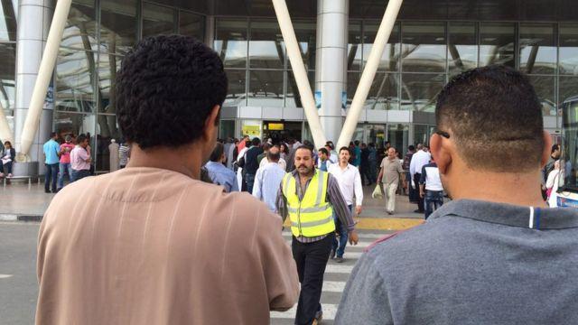 エジプトのイスマイル首相は空港に集まった乗客らの家族と面会した(写真はカイロ空港、19日)