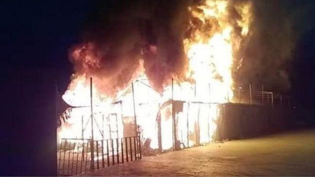 ग्रीस के लेसबोस द्वीप पर आग लगने से शरणार्थियों के तंबू नष्ट हो गए हैं.