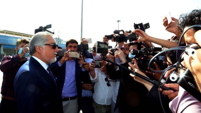 نمایندگان چندین رسانه آقای عبدالله را همراهی میکند