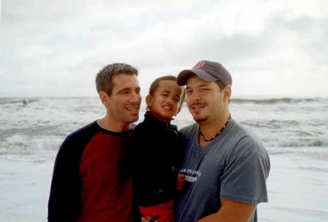 Danny, Kevin y Pete en la playa en 2002.