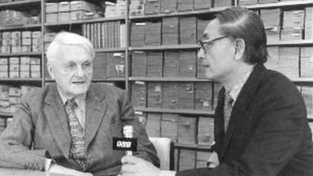 1984年BBC中文部记者水建彤(右)采访编写《中国科学与文明》巨著的作者剑桥大学李约瑟博士(左)