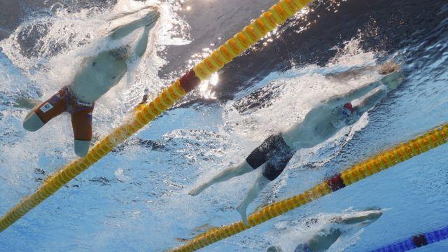 Британец Адам Пити и голландец Арно Камминга на дистанции 100 м брассом