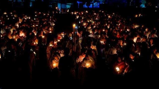 عبادت کنندگان درشهر اسکندرآباد در هند در نیمه شب عید پاک شمع روشن کردهاند