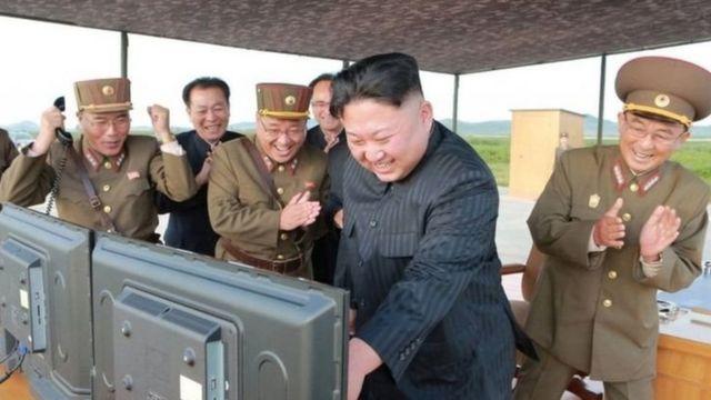 جونغ أون وكبار المسؤولين العسكرين في كوريا الشمالي