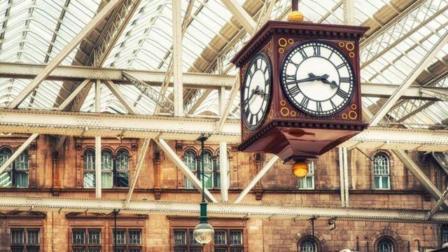 Relógio em estação de trem