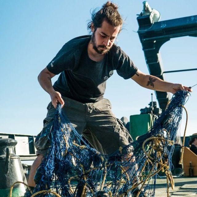 Guiga destruindo redes de pesca em área protegida à bordo de navio durante operação no México, em 2017