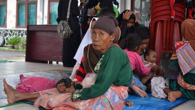 Sejumlah warga yang rumahnya hancur diterjang tsunami Pandeglang mengungsi di Kantor Kecamatan Panimbang, Kabupaten Pandeglang, Banten, Minggu (23/12).