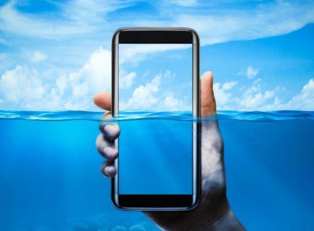 Nem todos os celulares são resistentes à água