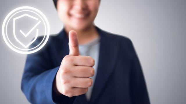 Una persona hace con la mano una señal de aprobación.