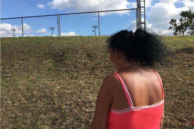 María, una costarricense que se casó con un chino por dinero, posa de espaldas para BBC Mundo.