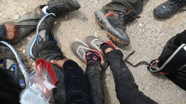 Un grupo de inmigrantes detenidos por la patrulla fronteriza de EE.UU.