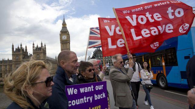 Partidários da saída protestam em frente a Parlamento britânico