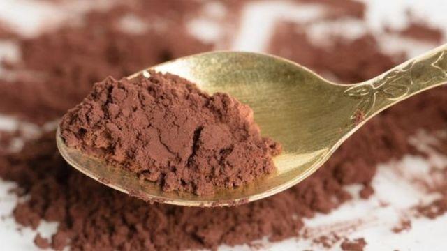 Una cucharilla con polvo de chocolate