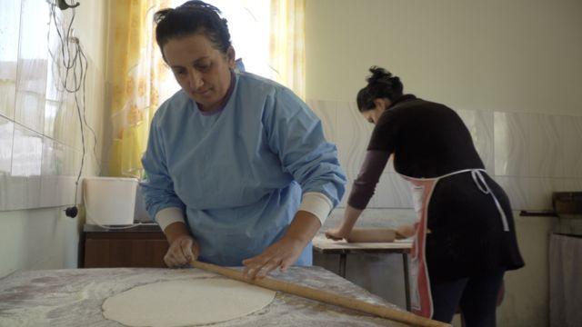 Женщины, живущие в поселке ливанских армян пекут лаваш для общины и для воюющих в Карабахе